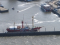 Katamaran durchwühlt den Hafen